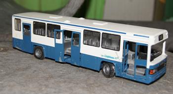 En blåvit Scania med Linjebuss-loggan