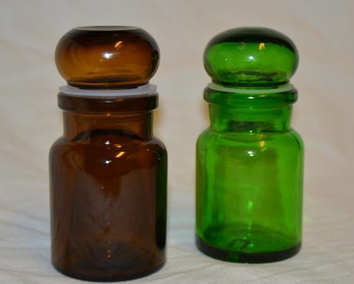 Färgade glasburkar