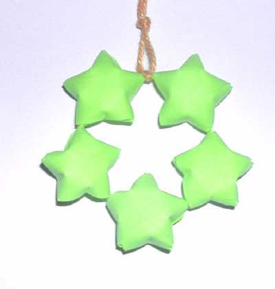 hänge av pappersstjärnor