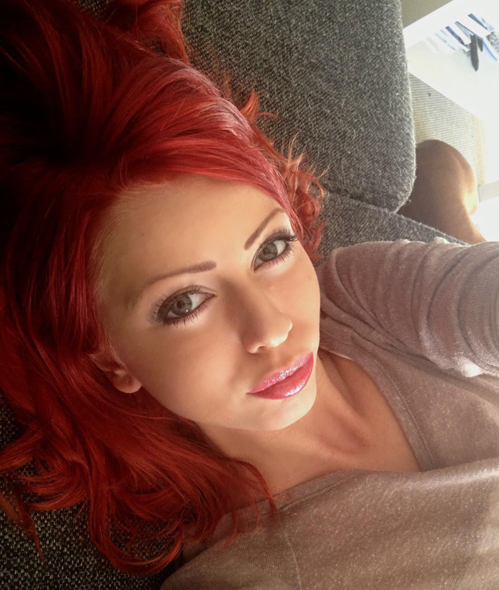 långt hår eskort rött hår