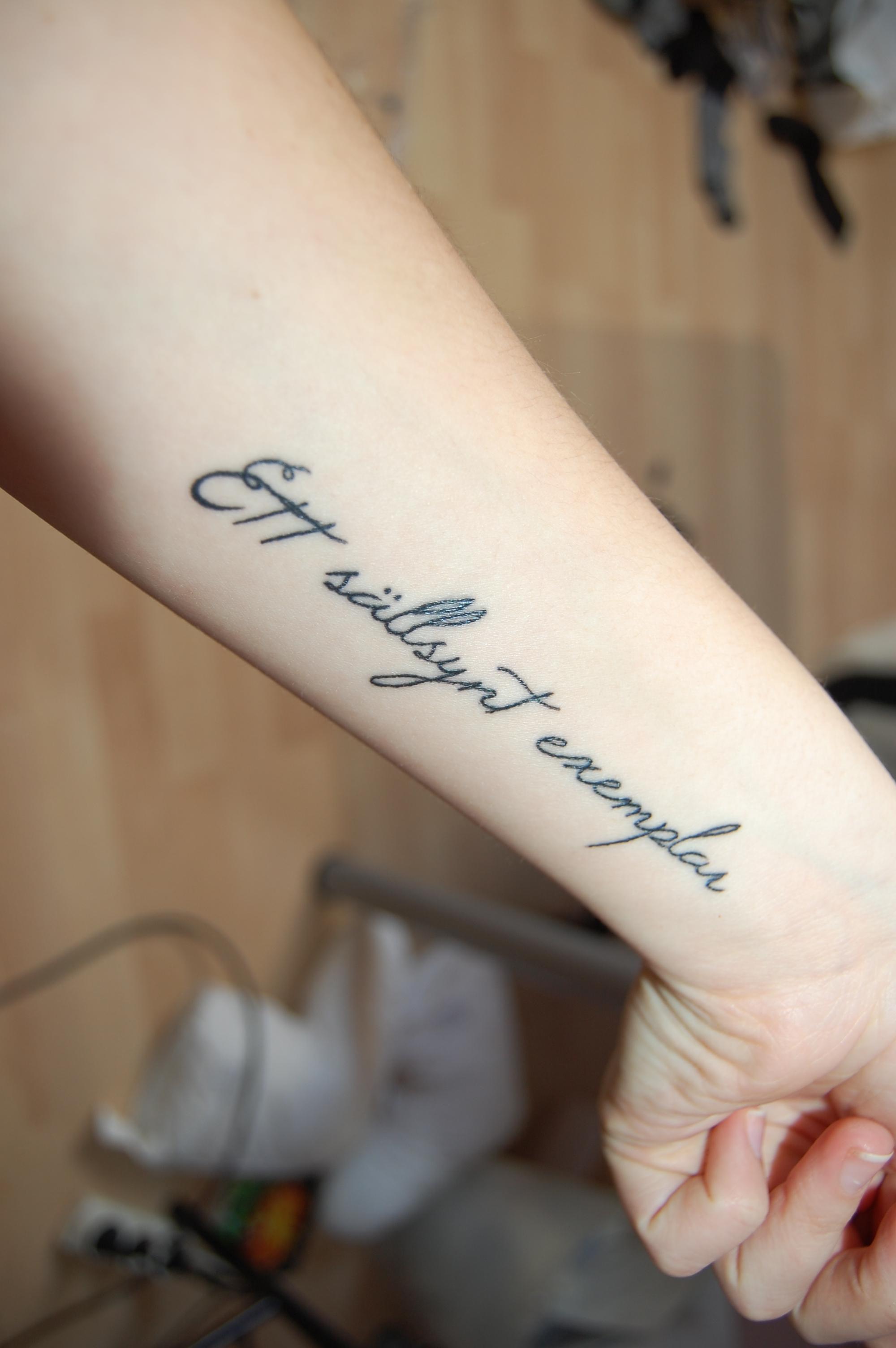 tatuera namn på handleden