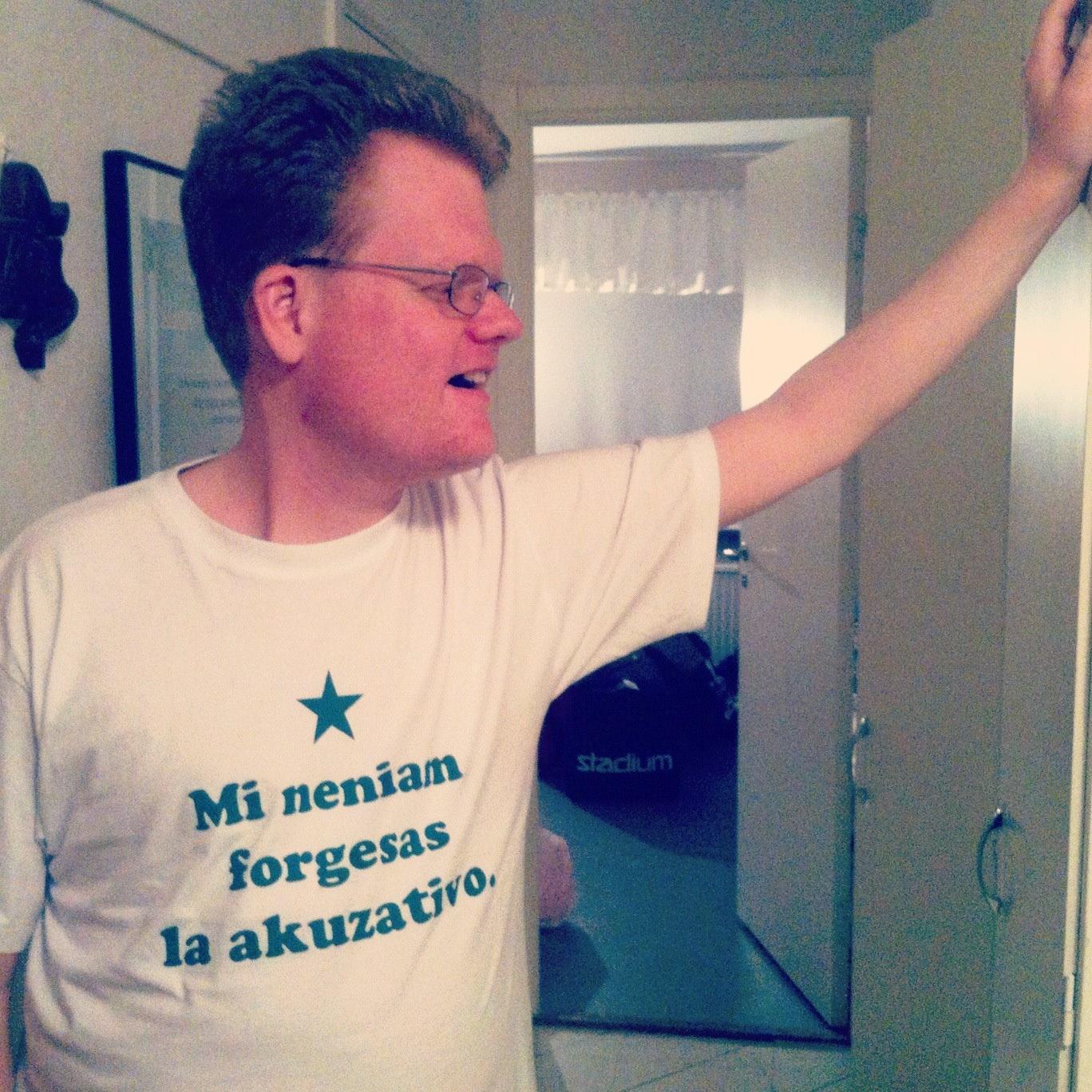 Sajtvärden i esperantisk T-tröja.